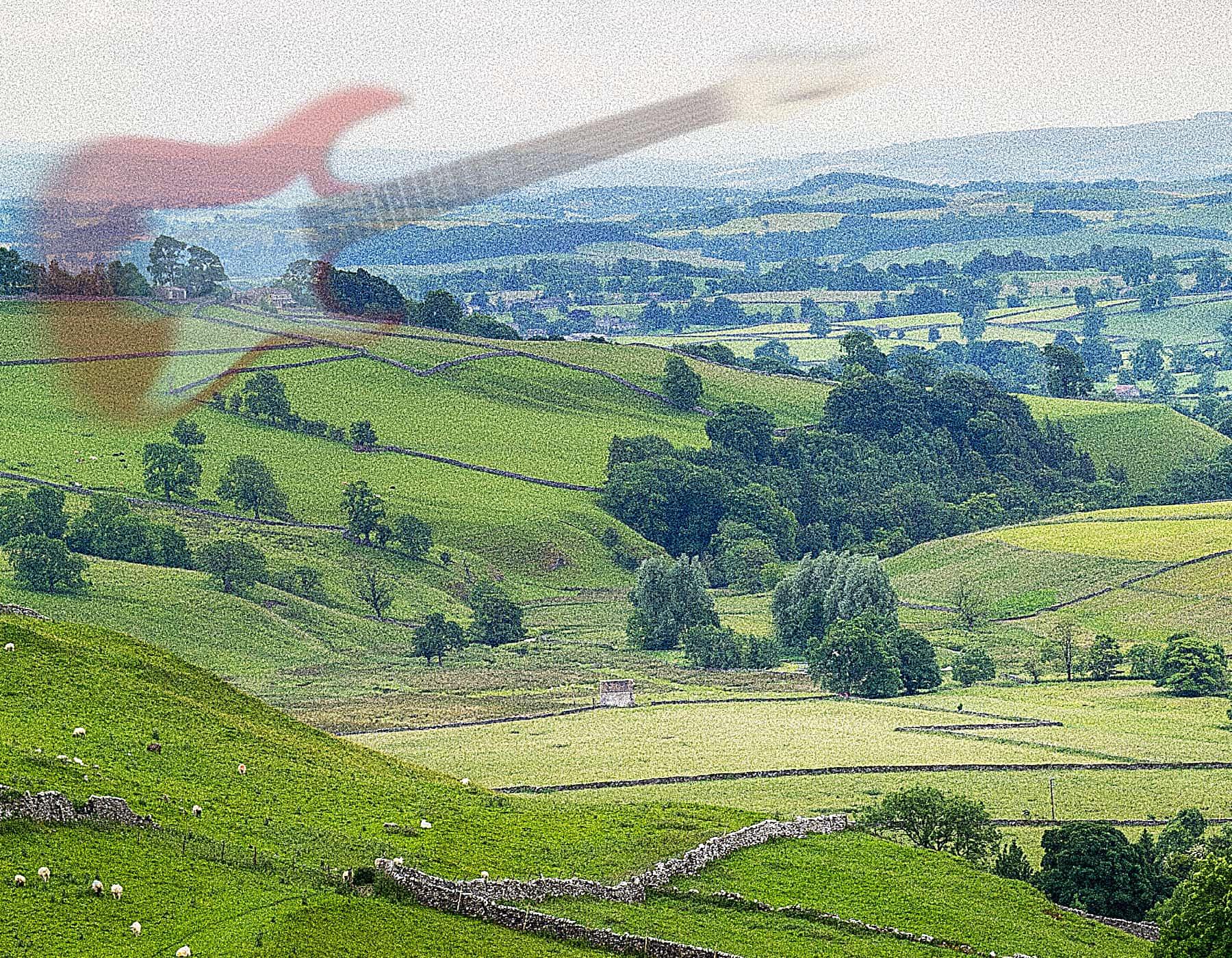 grønt landskap med gamle steingjerder, en elgitar svever i lufta