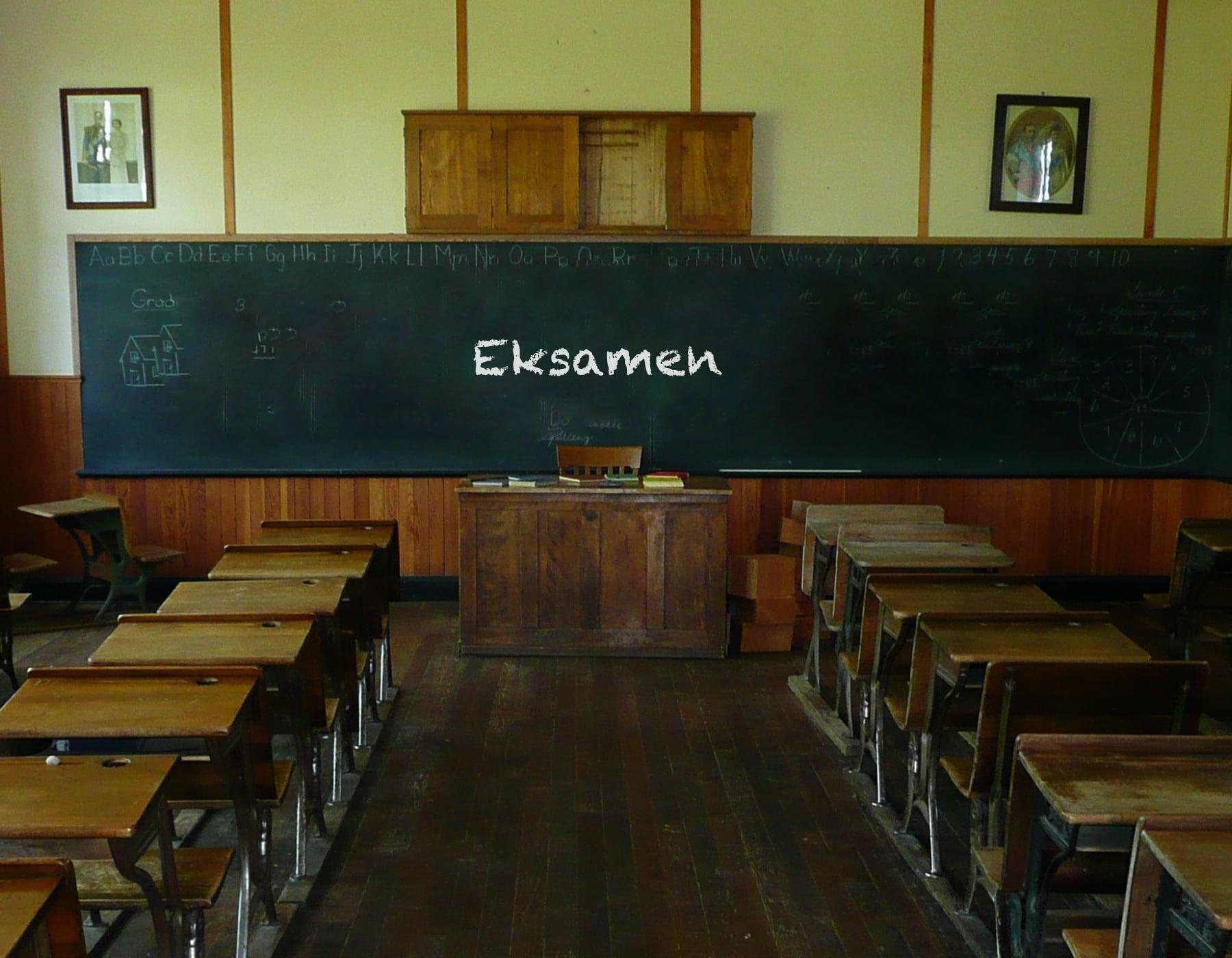 Gammeldags Klasserom Med Ordet Eksamen Skrevet På Tavla