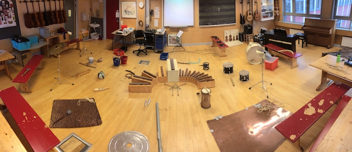 Mange Instrumenter Ligger Klare Til å Spille På - På Gulvet I Musikkrommet