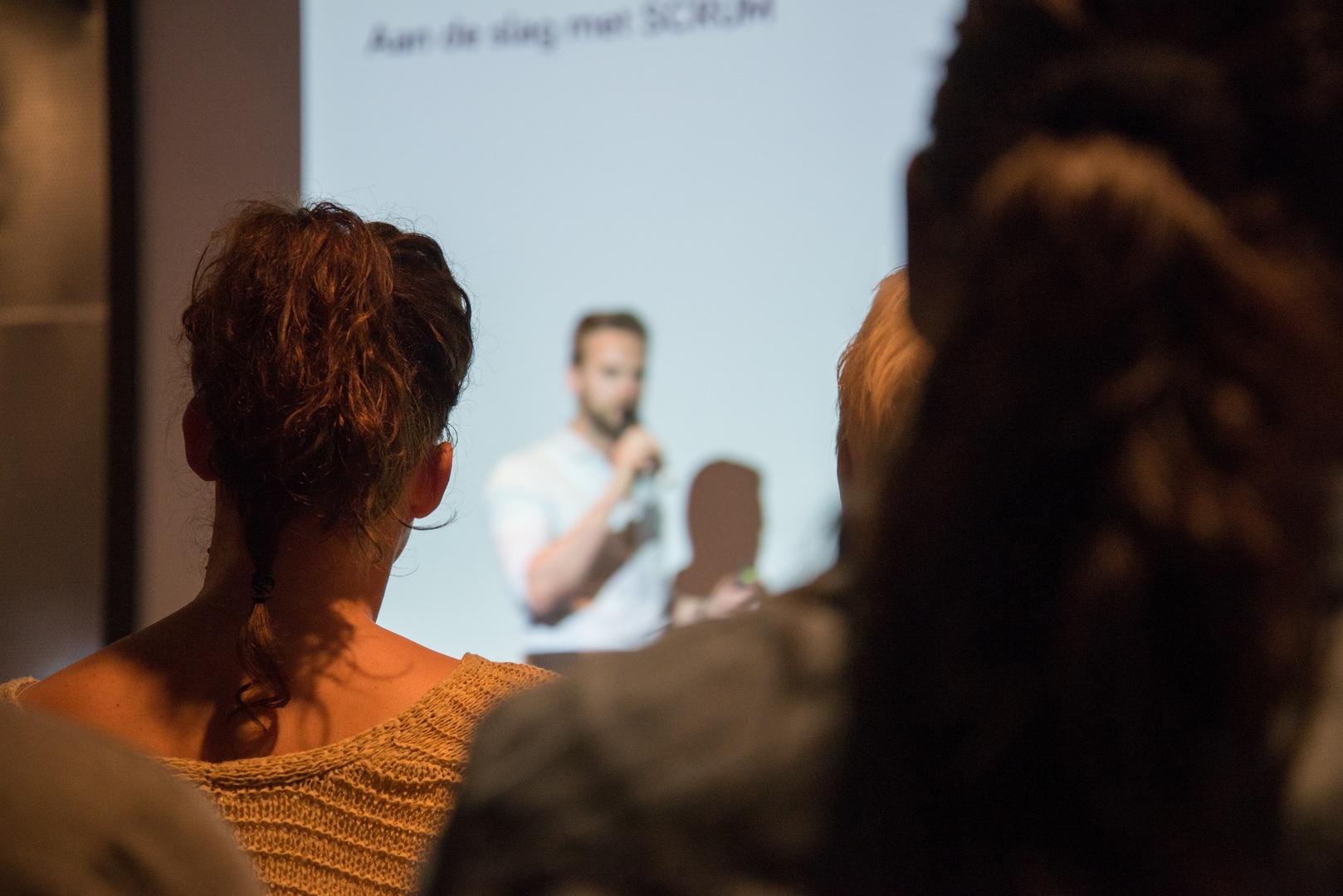 Mann Som Holder Foredrag - Sett Fra En Plass I Publikum