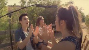 Skjermbilde Fra Video - 4 Ungdommer Synger Og Klapper