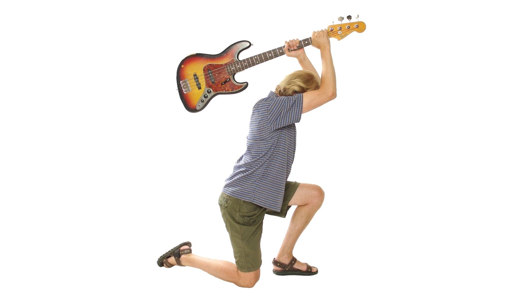 Ungdom står klar til å knuse gitaren
